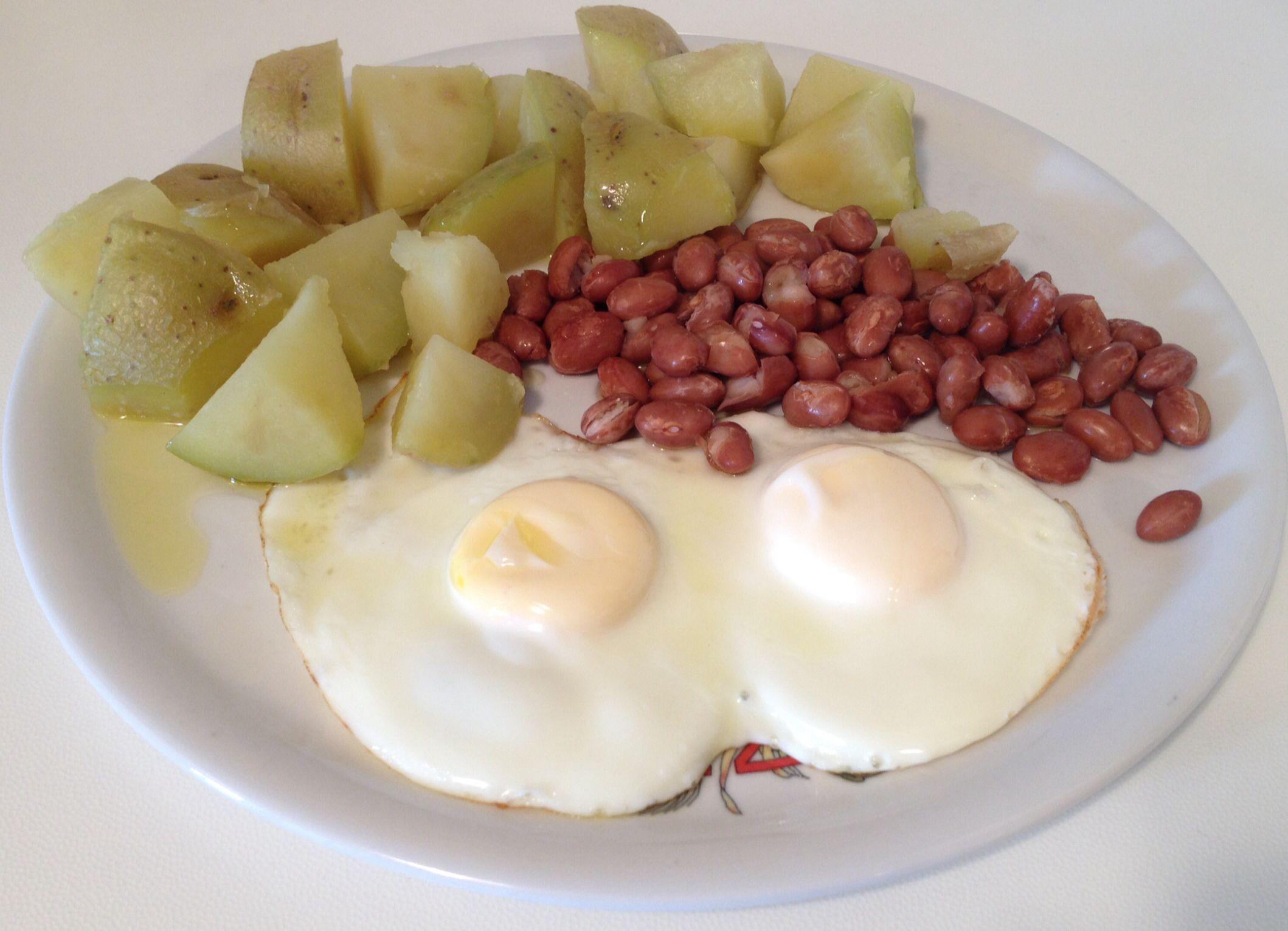 Pranzo con patate al vapore, uova intere e fagioli in padella. Valida fonte di #carboidrati, miscela di #proteine animali e vegetali che formano una proteina di eccellente #valore #biologico, grassi #saturi e #insaturi insieme