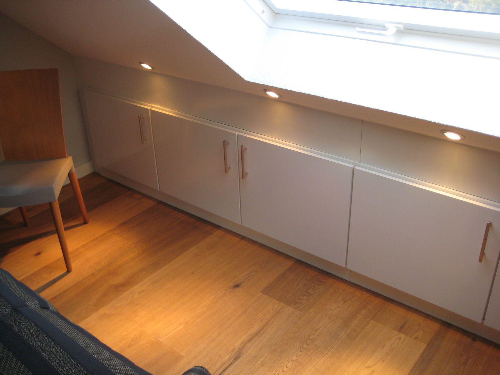 Weisses Schrankchen Mit Drehturen Unter Der Dachschrage Einbauschrank Dachschrage Dachboden Renovierung Und Einbauschrank