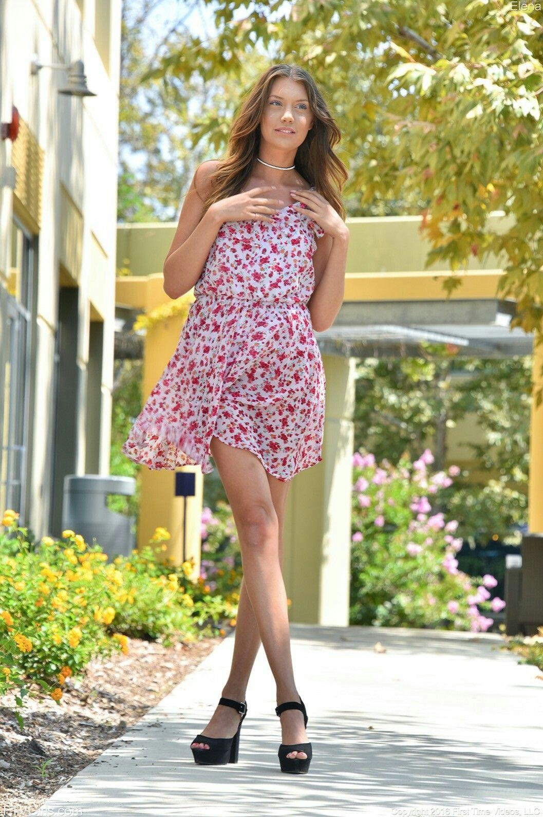 красивые девушки снимают платья эта девушка