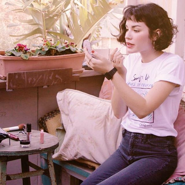 "Madelynn De La Rosa ☻ on Instagram: ""New vid is up 🌹🌿 Link in bio ☕️ • ✂️ haircut by @jenniferaudeon 🙏 + coolest feminist t-shirt by @mixedgreensla ✊"""