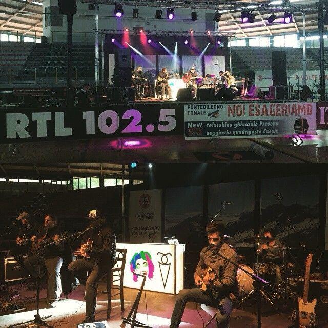 #GianlucaGrignani Gianluca Grignani: Tutto pronto! Vi aspetto alle 18 al Palazzetto di Ponte di Legno e in diretta su #RTL 102.5 !!!! #AVolteEsagero #Tour2015 #Live