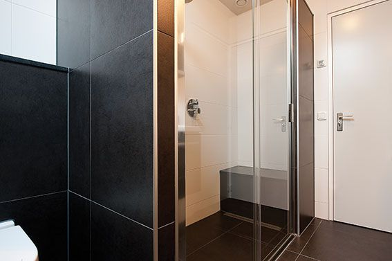 Sealskin bathroom, with Sealskin duka 4200 2-delige schuifdeur, helder glas. (photo: Aqualux Den Helder)