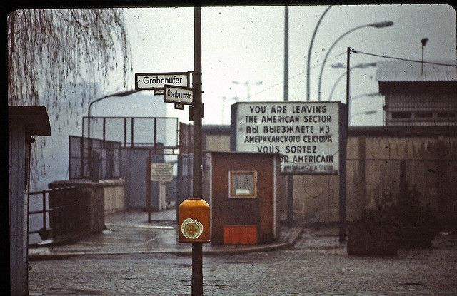 Berlin | Geteilte Stadt. Berliner Mauer. Grenzübergang Oberbaumbrücke, 1982 | ^ https://de.pinterest.com/tschichold/berlin-geteilten-stadt-berliner-mauer/