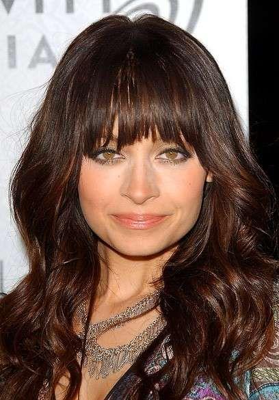 Nicole Richie capelli lunghi mossi con frangia liscia ...