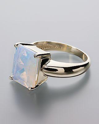 Goldener #Ring mit einem #Kristallopal aus #Australien  Der achteckige #Edelstein ist weiß und opalisiert in einem herrlichen #Grün.  Er facettiert und damit herrlich funkelnd. Neben einer höchst interessanten Optik überzeugt der #Opal, der hier in Krappen gefasst ist, mit einem stattlichen Wert. Er überbietet 3 Karat deutlich.  achteckig, facettiert ca. 12 x 10 mm in #Krappenfassung gesamt ca. 3,45 ct #585er #Gelbgold
