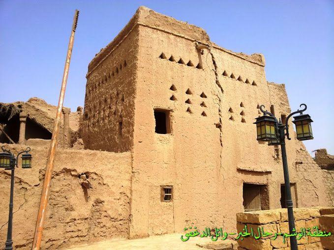 بعض بيوت الطين الباقية على شكلها الاصلي قبل الترميم بثرمداء بمنطقة الوشم