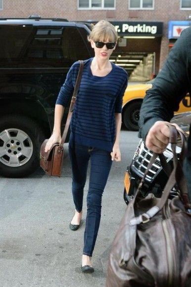 aaa1c8bce67 Taylor Swift s navy blue and black striped pullover with jeans ...