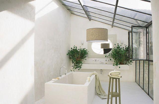 salle de bain min rale tadelakt ou b ton cir tons sable et verri re lumineux barhroom. Black Bedroom Furniture Sets. Home Design Ideas