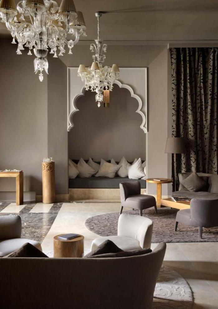 Salon marocain grands chandeliers coin de repos avec coussins blancs · modern