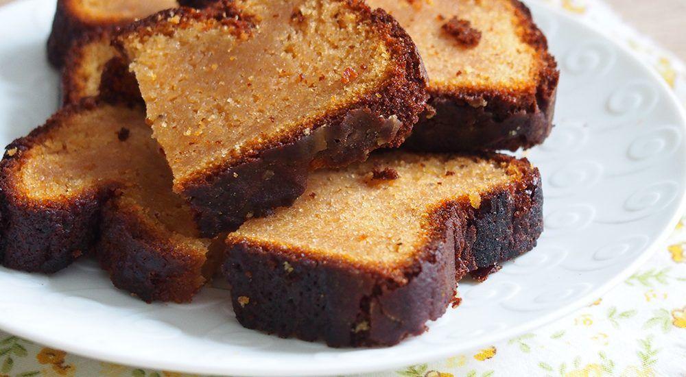 J'ai déjà publié plusieurs recettes similaires, dont le cake au chèvre, miel et noix, ainsi que les petits cakes chèvre et miel. Cette version est plus riche en miel, ça se voit à la couleur …