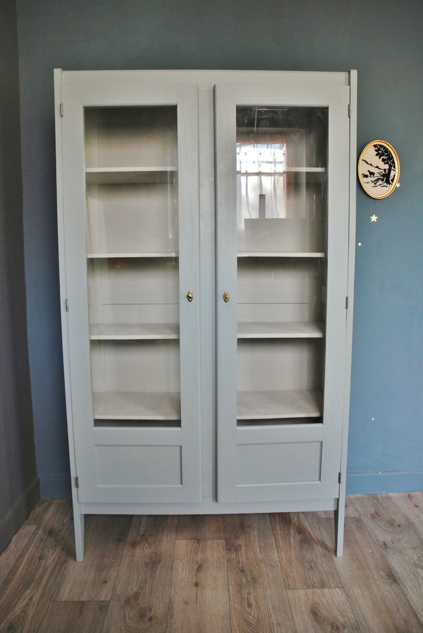 ancienne armoire vitr e gris bleu vendue atelier vintage pinterest renovation meuble. Black Bedroom Furniture Sets. Home Design Ideas