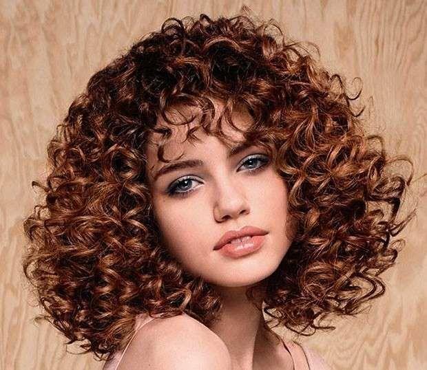 Tagli capelli ricci con frangetta