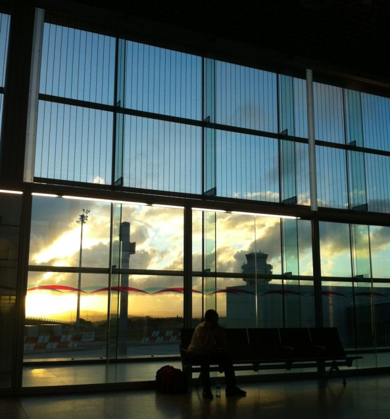Precioso Atardecer Vista Desde La Sala De Espera Para El Embarque Tras El Control De Seguridad Santiago De Compostela Vistas Aeropuertos