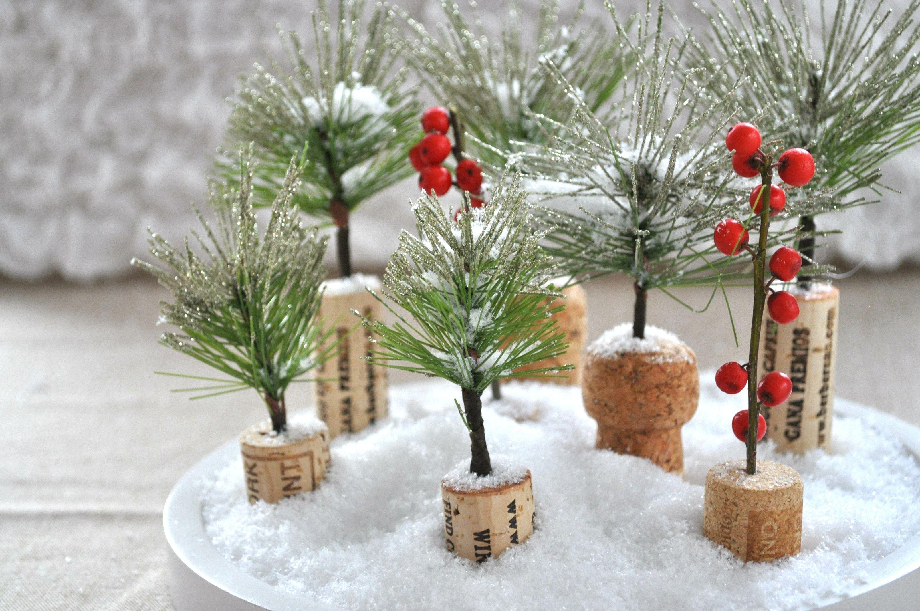 Mini kerstboompjes maken van kurk & guirlande - Christmaholic.nl