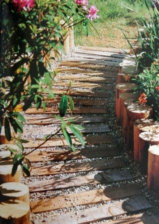 une all e en traverses ou rondins de bois jardin et terrasse. Black Bedroom Furniture Sets. Home Design Ideas