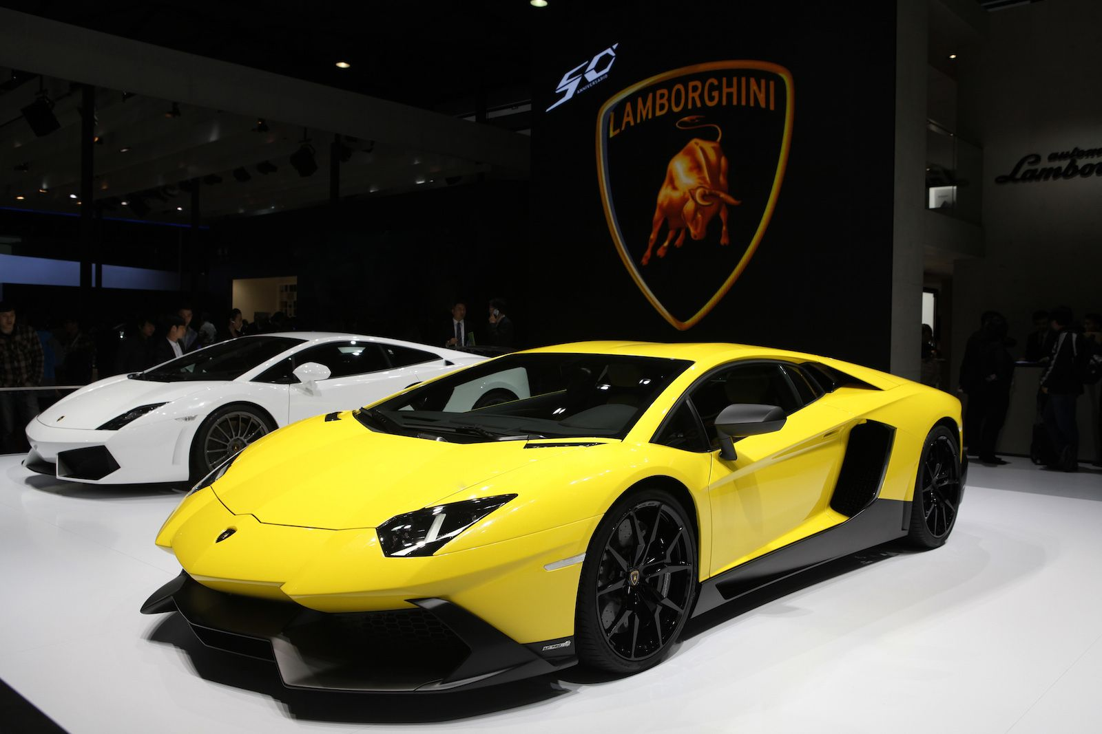 A Snug Cabin And Breakneck Speeds Define This Latest Supercar Click To Read More Sports Car Lamborghini Aventador Lamborghini Super Cars