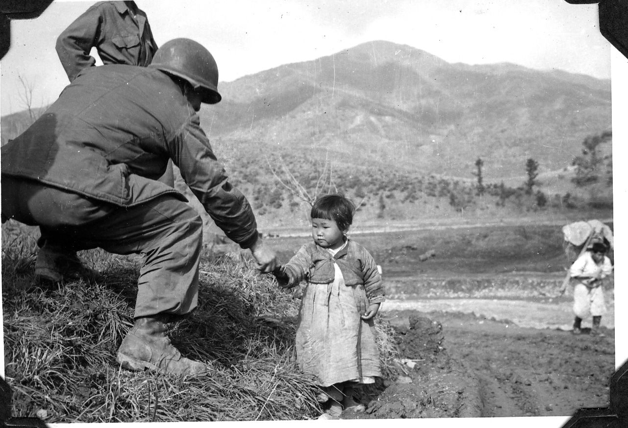 History The Korean War Was A War Between North And South Korea This Is A Real Photo Of A Korean War Soldier Helping A Sma Korean War History Korean History
