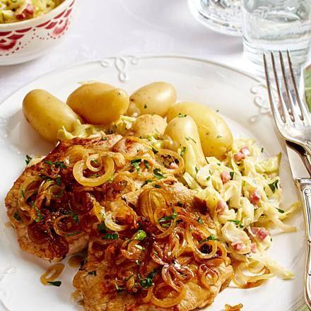 Schweinesteak mit Sahne-Speck-Kohl und neuen Kartoffeln Rezept | LECKER