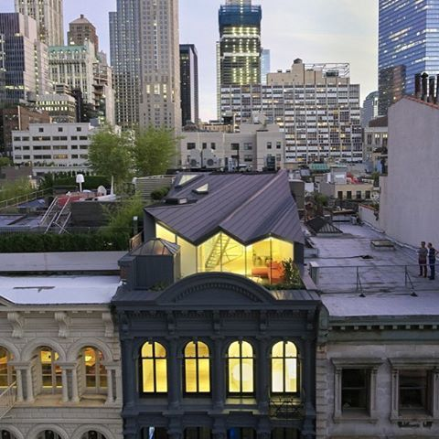 WORK Architecture renovated one of New York's oldest buildings, with its original cast iron facade, adding a rooftop structure that had to be invisible from the street. Read the full story on domusweb.it #domus #lovesdomus #WORKArchitecture #rooftop