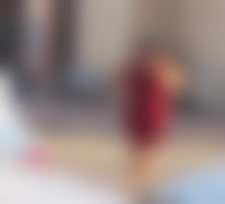 بفستان أحمر قصير امرأة عارية تتجول في الرياض بحريتها بعد انفتاح السعودية صور Dc Shoes Shoes