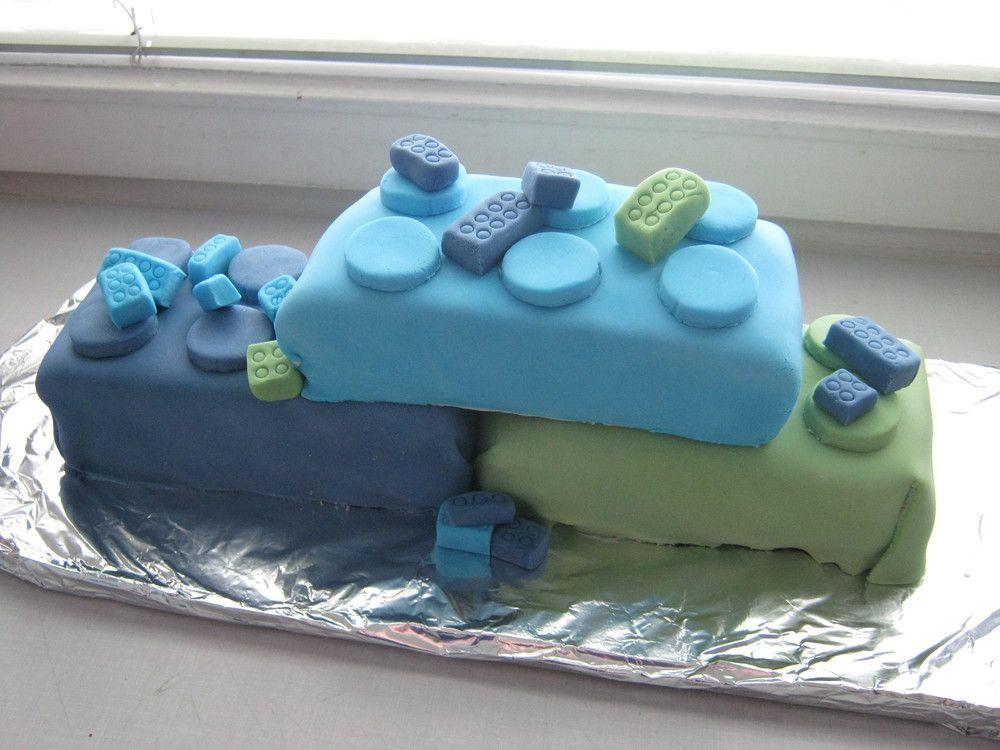 Legokakku - Kakku löytyy blogista Kaneliunelmia ja sahramin säikeitä (www.kaneliunelmia.blogspot.fi). Ensimmäinen kaulittavalla massalla koristelemani kakku!