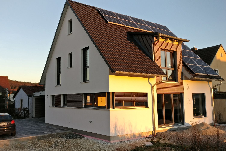 einfamilienhaus modern holzhaus satteldach gaube mit schleppdach holzfassade modern eckfenster. Black Bedroom Furniture Sets. Home Design Ideas