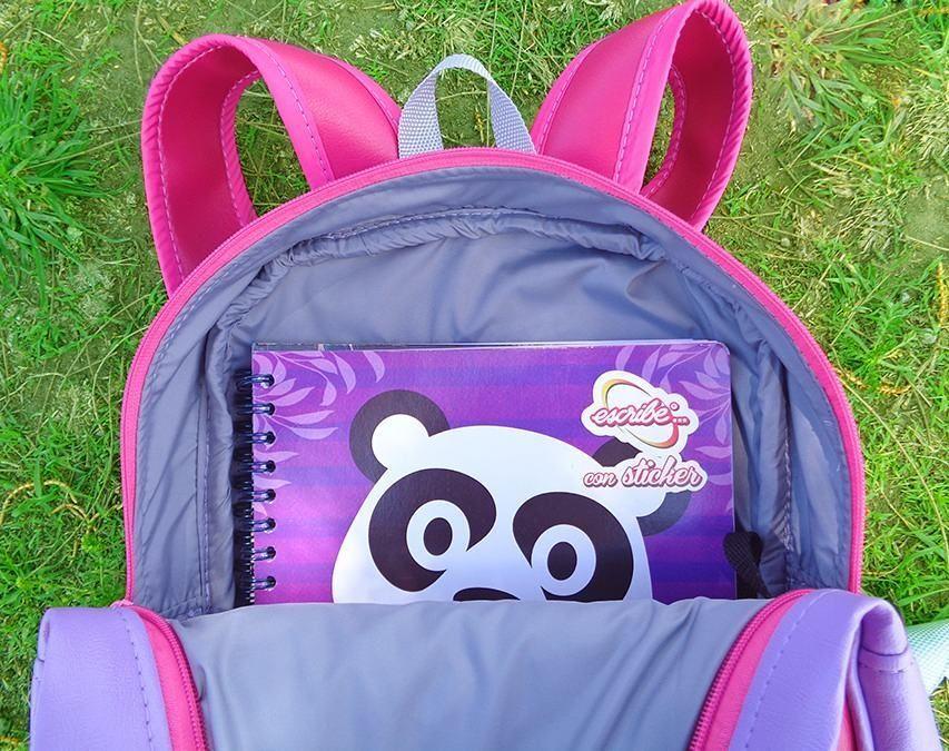 Este lindo panda les manda un saludo  Muy cómodo desde esta mochila con cierre en la parte superior  Si estás interesado en este u otros modelos escribenos al whatsapp 0992902979 y con gusto te atenderemos