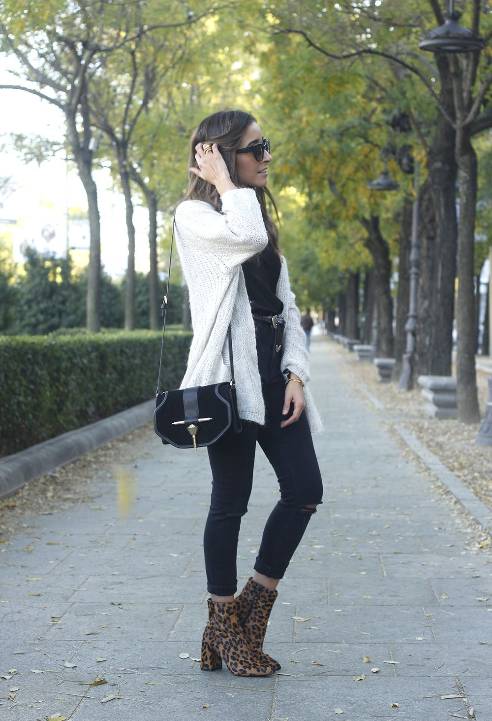 Leopard Booties cardigan ripped jeans outfit fall style fashion05