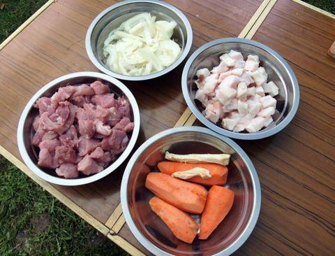 Некоторые ингредиенты: лук, овощи, сало, свинина     - 480x366, 77.3Kb