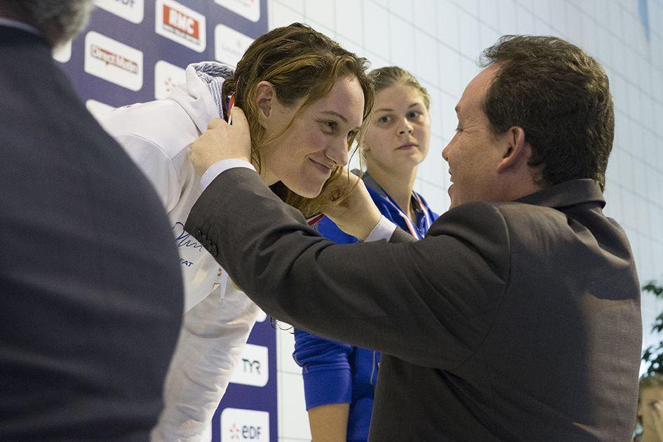 Le maire Frédéric Béatse remet à Camille Muffat la médaille d'or du 200m nage libre. La nageuse bat au passage le record de France. (Photo: Thierry Bonnet/Ville d'Angers)