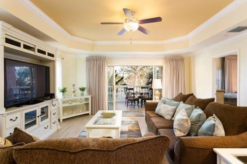 Reunion Resort Whisper Way Charm Reunion (Florida) Located 11 km from Green Meadows Petting Farm in Kissimmee, this apartment features free WiFi. The air-conditioned unit is 14 km from Kissimmee Value Outlet Shops. Free private parking is available on site.