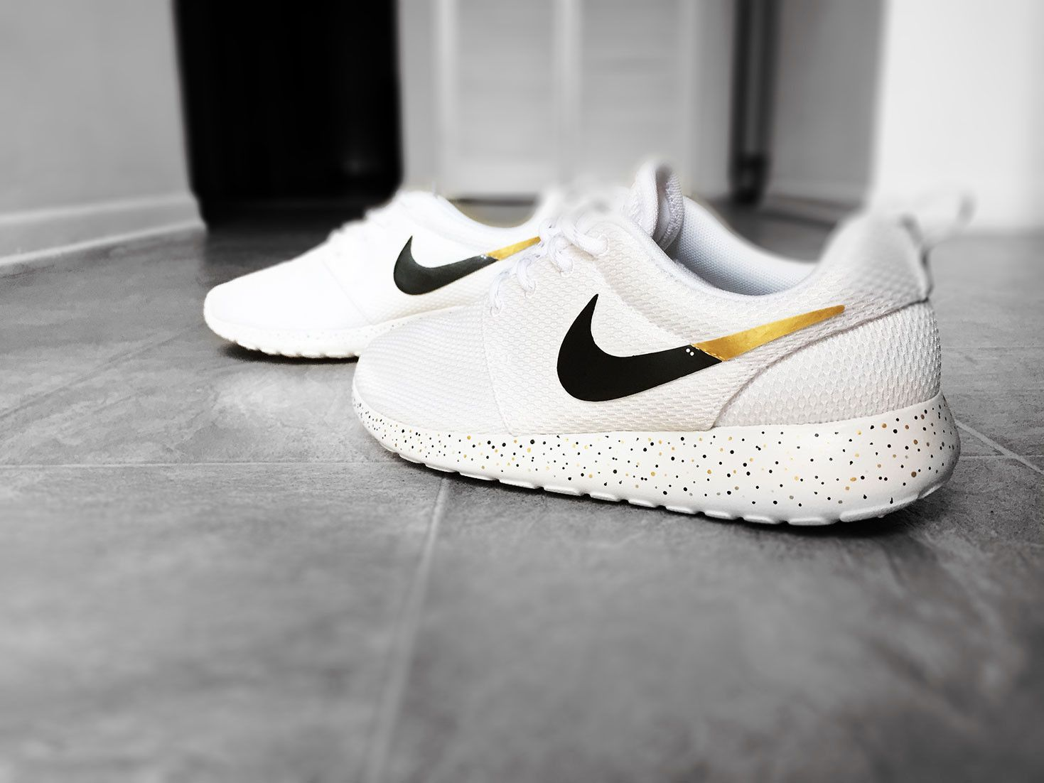 nike roshe with gold tick