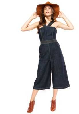 bd1affc2f Macacão Jeans Colcci Small Loose Azul, com pespontos contrastantes, dois  bolsos e fechamento por zíper. Tem modelagem panta court e decote  geométrico.
