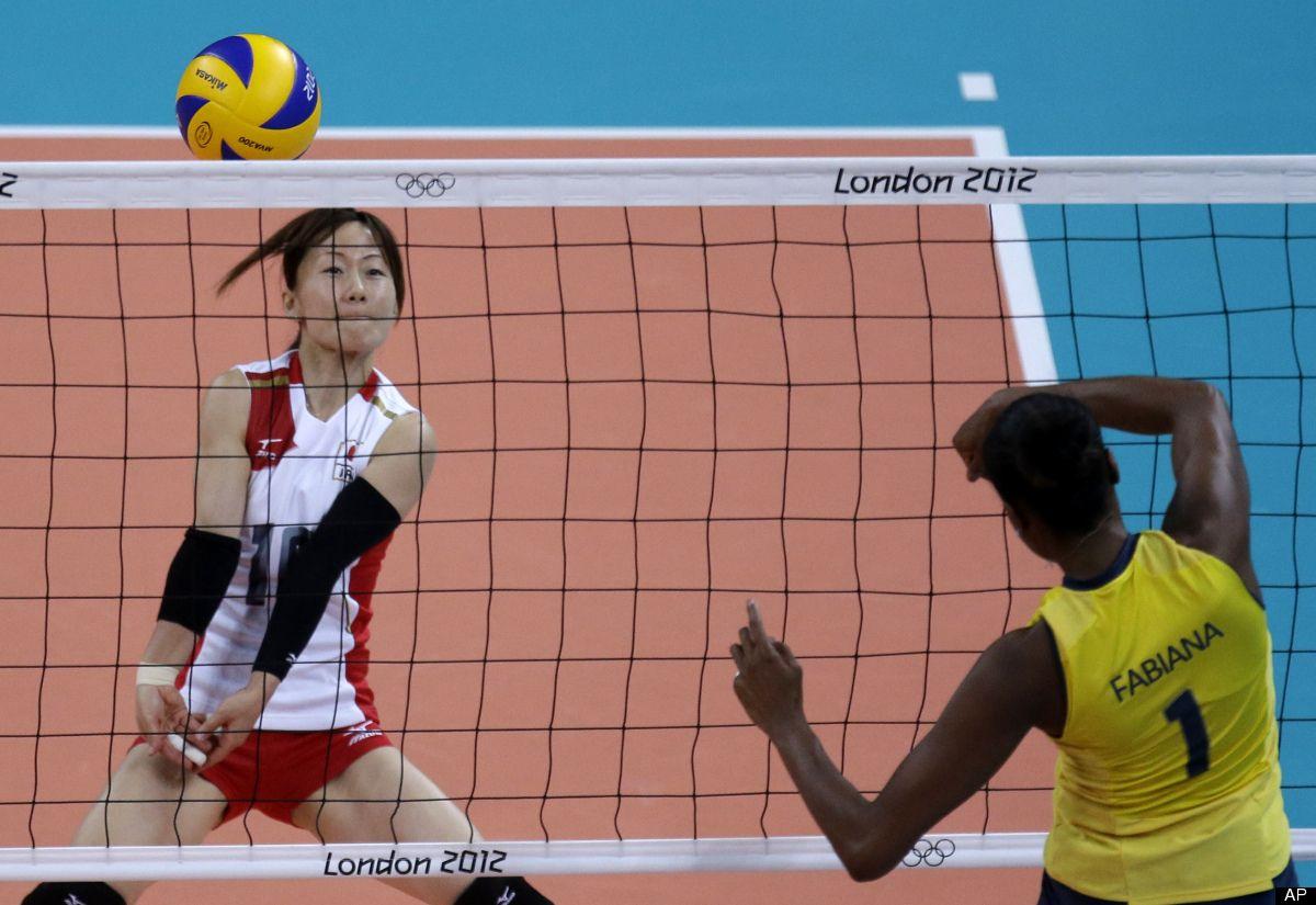 Brazil S Fabiana Claudino Right Spikes The Ball Past Japan S Yuko Sano During A Women S Semifinal Volleyball Fabiana Claudino Fabiana Forca Aerea Brasileira