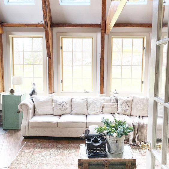 Love the wood beams in this farmhouse family room #woodbeams #familyroom #familyroomdecor #farmhouse #farmhousedecor #neutraldecor #cozydecor