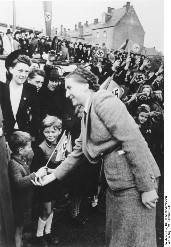 Die Nazi - Reichsfrauenführerin Scholtz Klink in Luxemburg. Im Oktober 1941 sprach sie gemeinsam mit dem Chef der Zivilverwaltung, Gauleiter Simon, auf einer Großkundgebung des Deutschen Frauenwerks in der Ausstellungshalle Luxemburg. Das Interesse war so groß, dass die riesige Halle vorzeitig wegen Überfüllung geschlossen werden musste, und viele Frauen die Reden außerhalb der Kundgebung mitanhörten.
