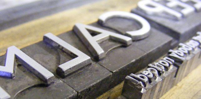 I shot the Serif / Fernado Rapa Carballo @eldiarioes   [...] Los responsables de crear las letras y los símbolos para que el mundo se comprenda son los diseñadores. En este caso los tipógrafos, hacedores de los símbolos que permiten que la comunicación sea posible entre nos. Si imagináramos el espacio que habitamos como una Torre de Babel el diseñador sería el tipo que corre desesperadamente como un loco para articular mecanismos de entendimiento entre los actores [...]   #socialdesign