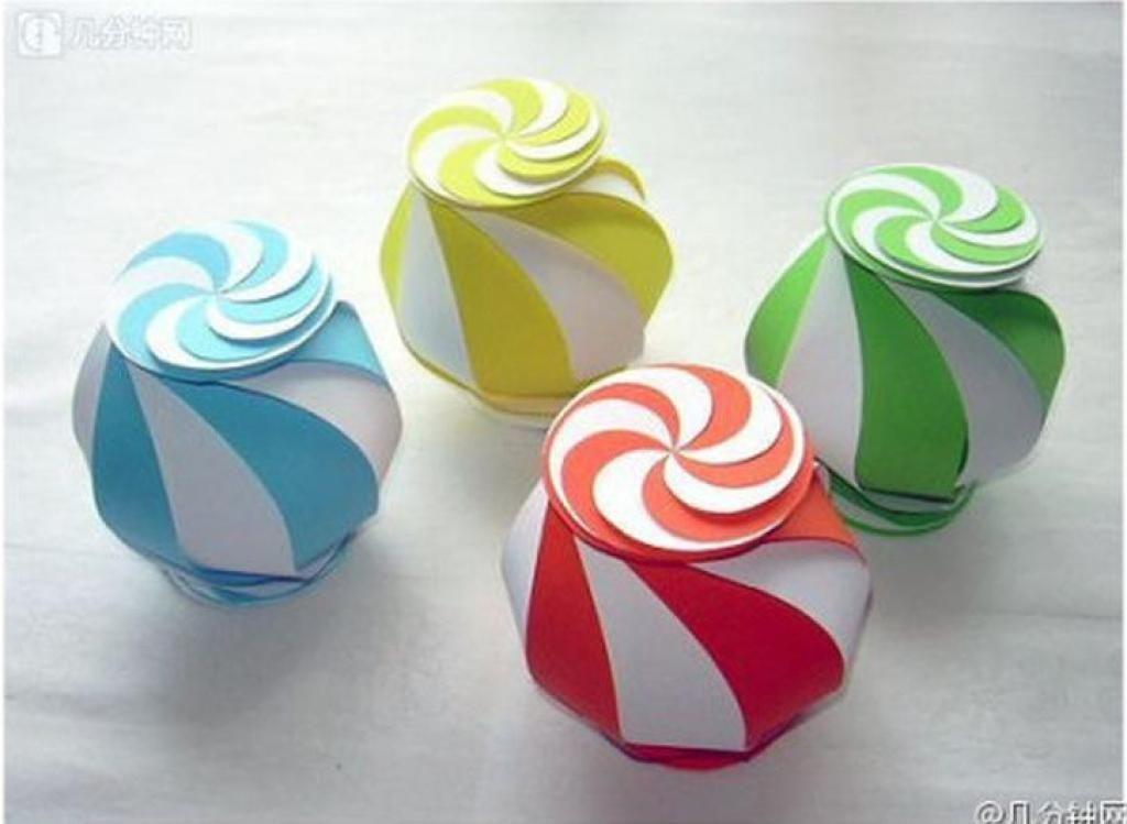 un patron gratuit pour fabriquer une belle lanterne en papier une boite cadeau ou une. Black Bedroom Furniture Sets. Home Design Ideas