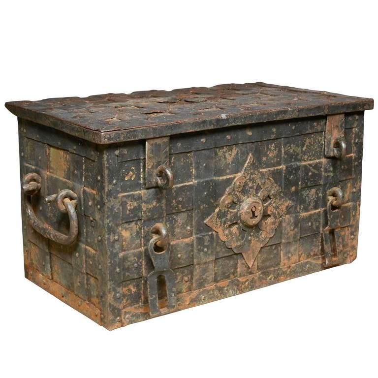 17th Century Iron Trunk With Locking Mechanism 1stdibs Com Vintage Trunks Old Wooden Boxes Antique Trunk