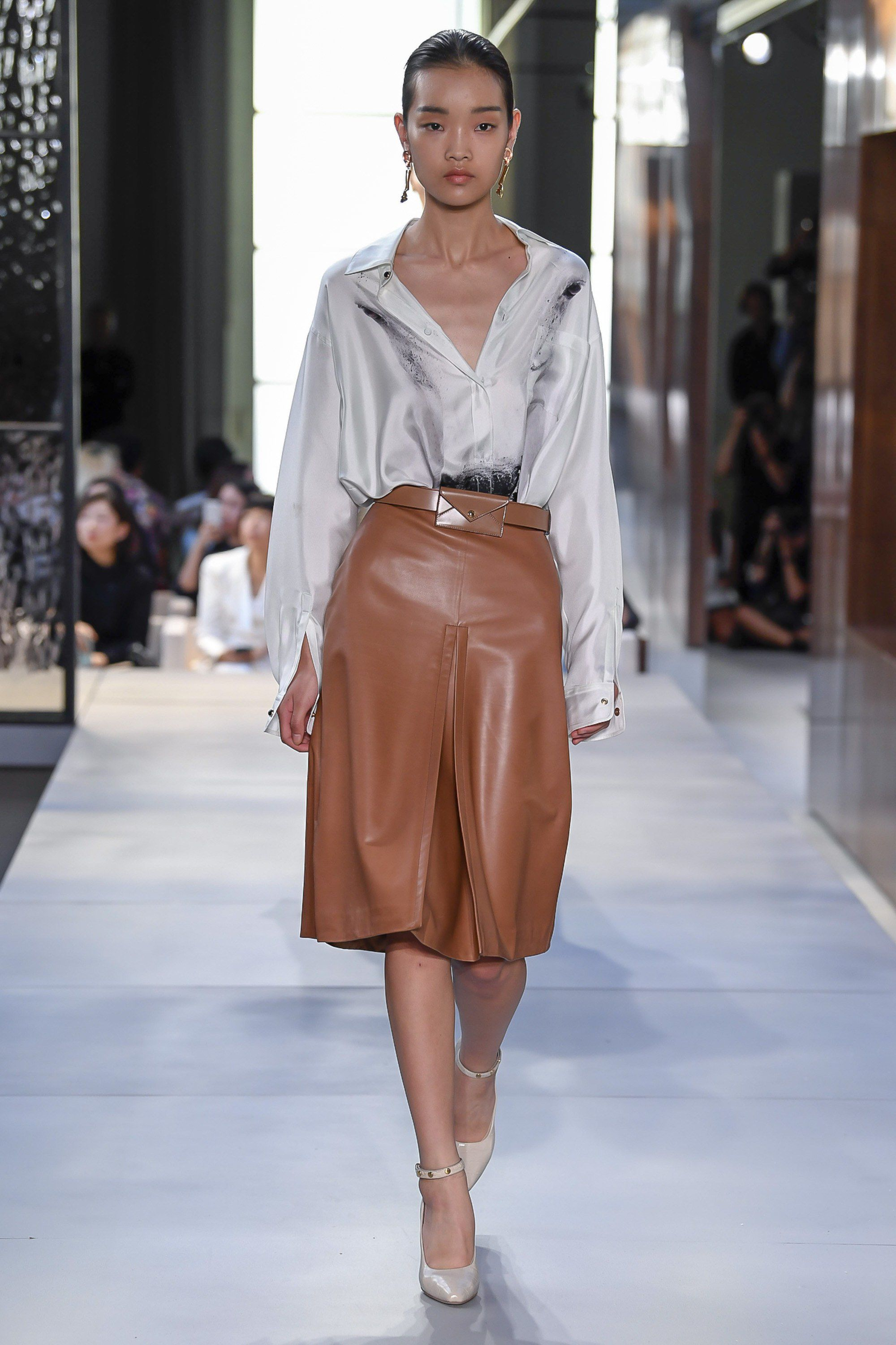 6ef32e87c910 Burberry Spring 2019 Ready-to-Wear Fashion Show Collection  See the  complete Burberry Spring 2019 Ready-to-Wear collection. Look 39