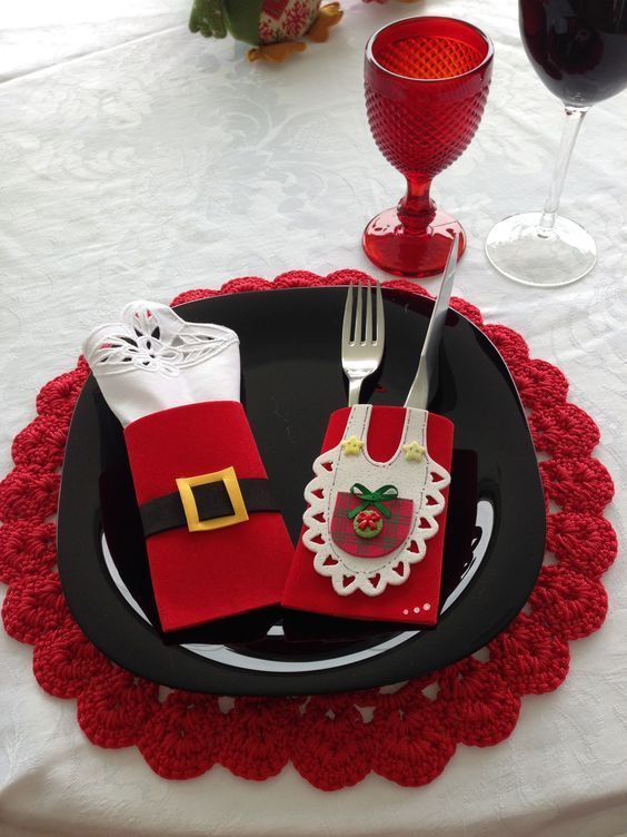 10 ideas de porta cubiertos navide os que puedes hacer en fieltro para decorar tu mesa en - Ideas para hacer manteles ...