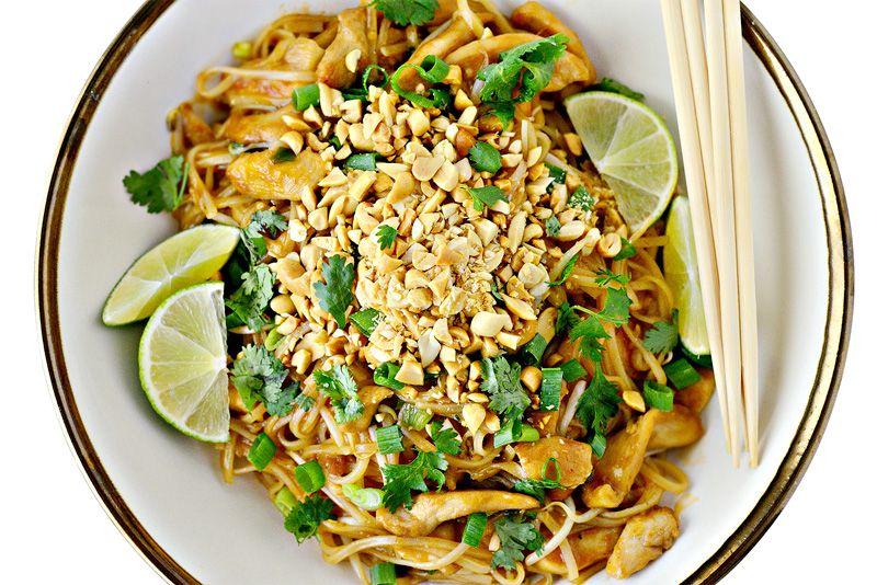 Phad Thai Kai, 10 €. Riisinuudelia, broileria, kiinalaista ruohosipulia, maapähkinää ja ituja kotitekoisessa tamarind-kastikkeessa. Norm. 16 €. Thai Ravintola Orchid, E-taso