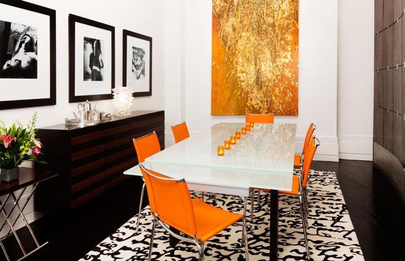 chaises orange dans un salle manger en noir et blanc