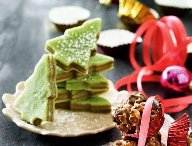 Sådan laver du den fineste konfekt - her har vi lavet fine små træer af marcipan og nougat. #konfektjul