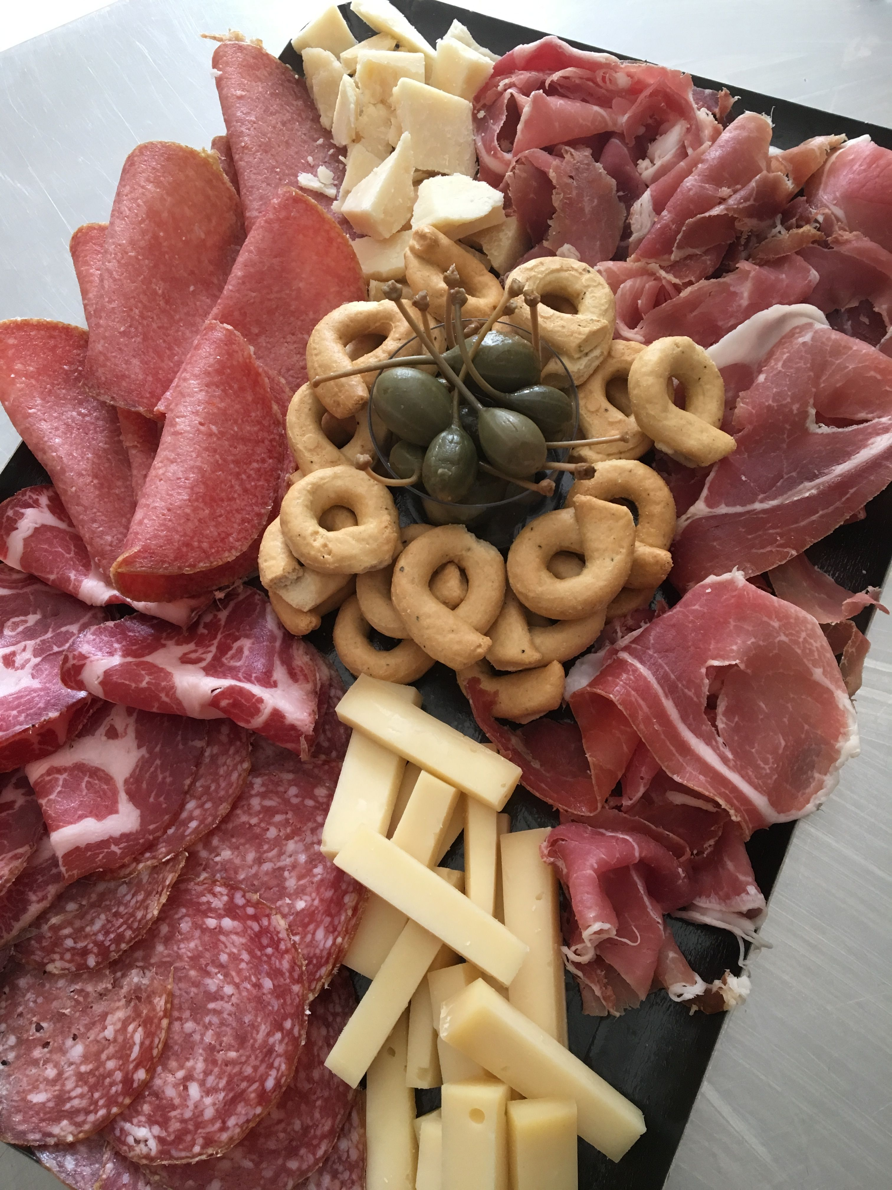 Plateau Apero Fromage Et Charcuterie Fiori Di Pasta Bordeaux Assiette De Charcuterie Charcuterie Italienne Apero Fromage