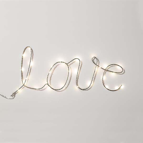 Leucht-Schriftzug LOVE als Raumdekoration.