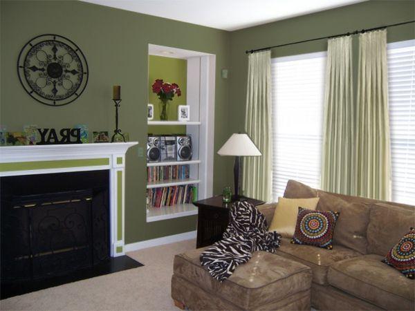 kleines wohnzimmer mit gardinen, lampe, sofa, kamin, bücherregalen - ideen zum wohnzimmer streichen