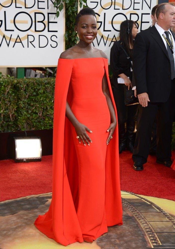 Lupita Nyong'o triunfó con un Ralph Lauren con los hombros al aire y capa larga en los Globos de Oro 2014.