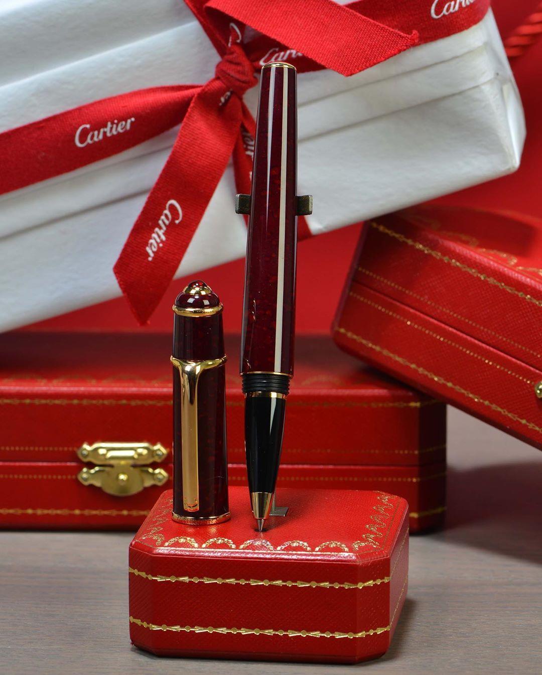 قلم كارتير ديابلو سبيشيال Special Diabolo De Cartier لون مميزه جدا للديابلو ومن اجمل وأكثر الألوان طلبا عنابي منمش إصد Gifts Gift Wrapping Luxury