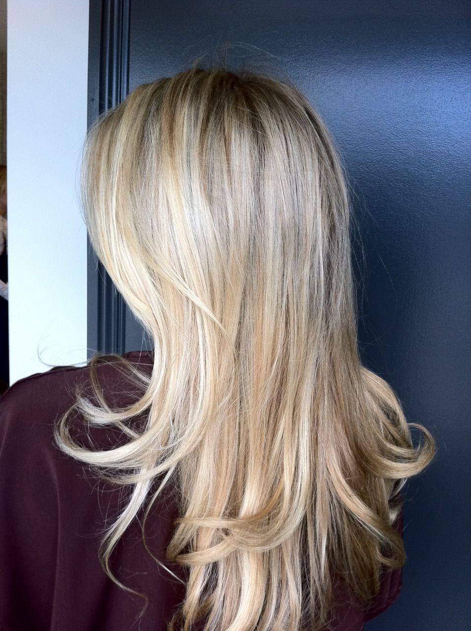 Plavi pramenovi na svetloj dugačkoj kosi